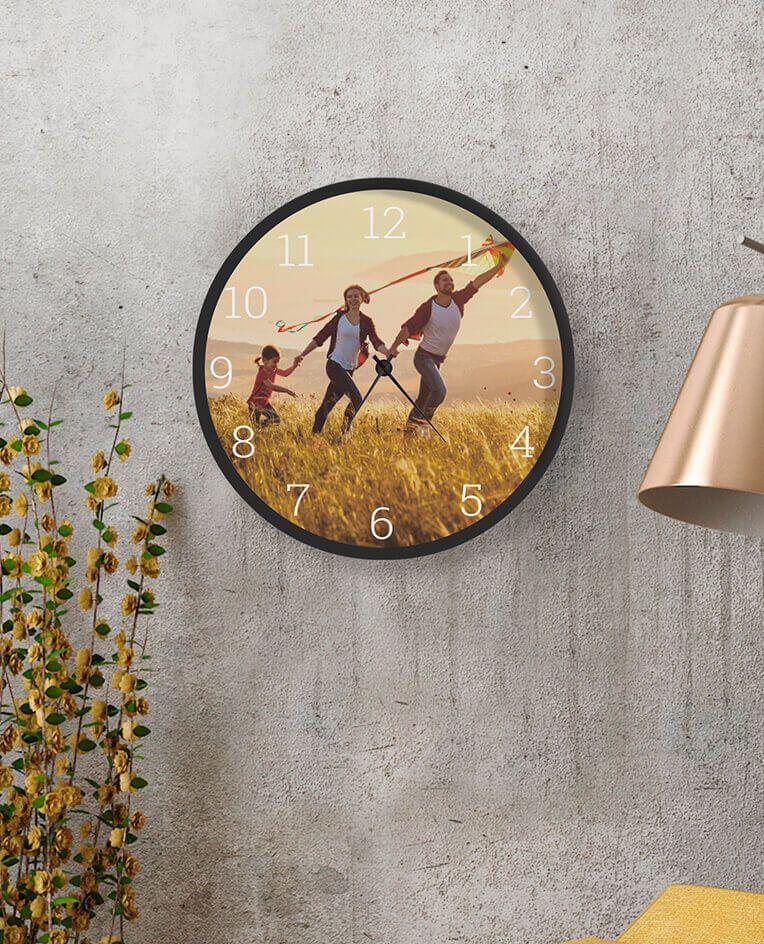 Настінний годинник з сімейними фотографіями