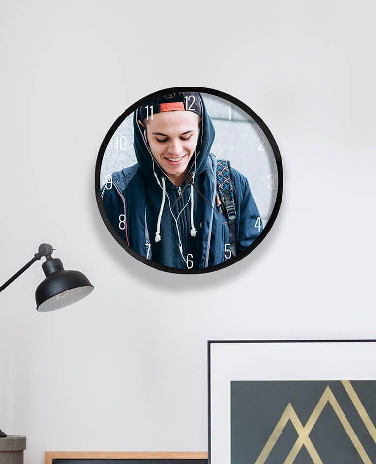Настінний годинник на подарунок хлопцю з його фото